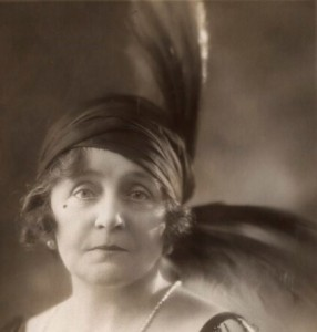 Eva-Moore 1923 SQUARE CLOSER UP